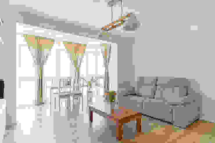 Arquigestiona Reformas S.L. Ruang Keluarga Minimalis Kayu Buatan Grey