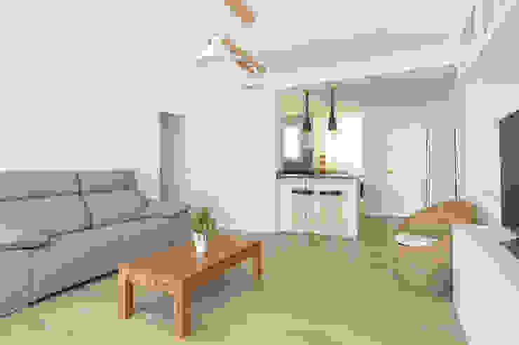 Salón con cocina abierta Arquigestiona Reformas S.L. Salones de estilo minimalista Gris