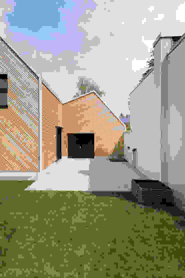 Hausfuchs - Außenansicht IFUB* Moderner Balkon, Veranda & Terrasse