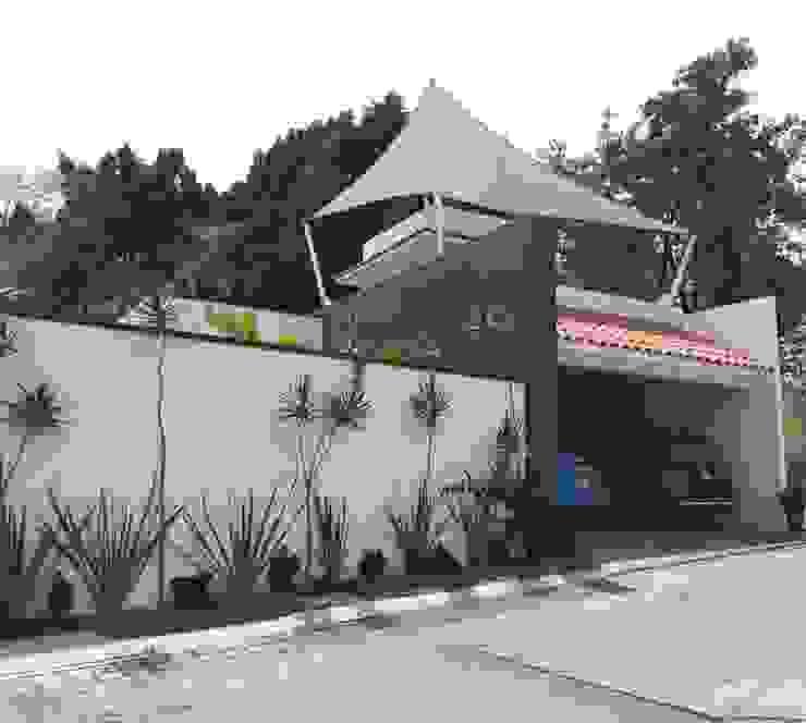 Residencia muro negro de AR216 Moderno