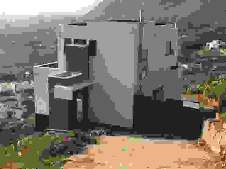 Terminación de fachada con sistema E.I.F.S, complemento con cierre de metal y piedra de Casas Metal Mediterráneo