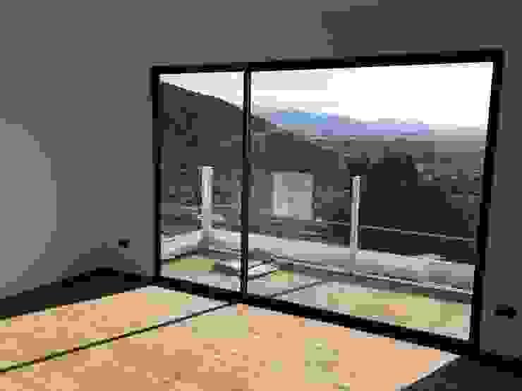Vivienda Mediterráneo EIFS 131m2 Puertas y ventanas mediterráneas de Casas Metal Mediterráneo Aluminio/Cinc