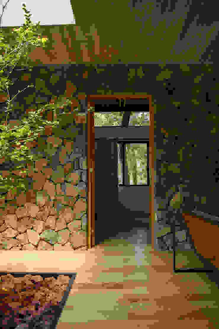 Muro de piedra Paredes y pisos de estilo rústico de Saavedra Arquitectos Rústico Piedra