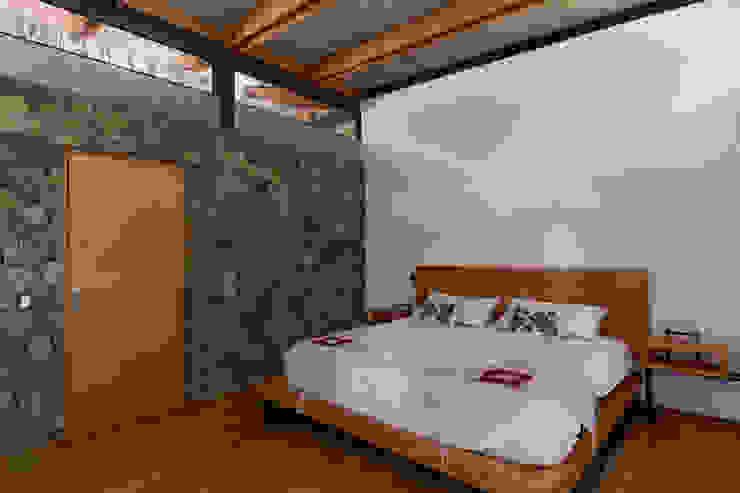 Rustic style bedroom by Saavedra Arquitectos Rustic Stone