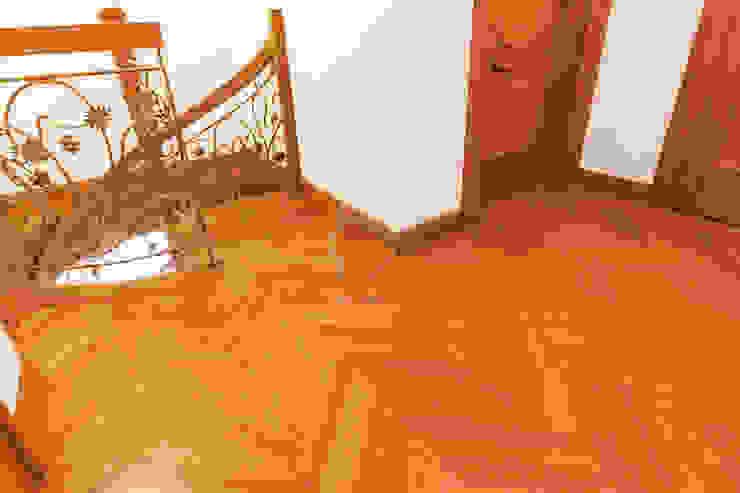 Przedpokój z jodełką francuską i stylizowaną balustradą kutą Klasyczny korytarz, przedpokój i schody od Roble Klasyczny
