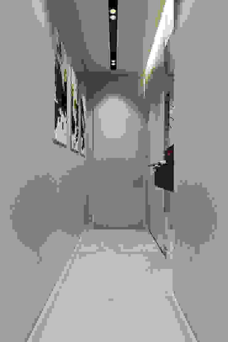 Pasillos, vestíbulos y escaleras de estilo clásico de 'INTSTYLE' Clásico Concreto