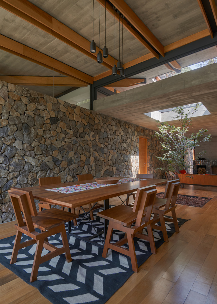 Comedor Comedores de estilo rústico de Saavedra Arquitectos Rústico Piedra