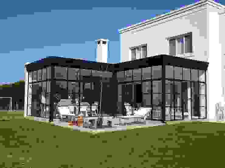 Jardin de invierno al lago. Jardines de invierno clásicos de Estudio Dillon Terzaghi Arquitectura - Pilar Clásico Hierro/Acero