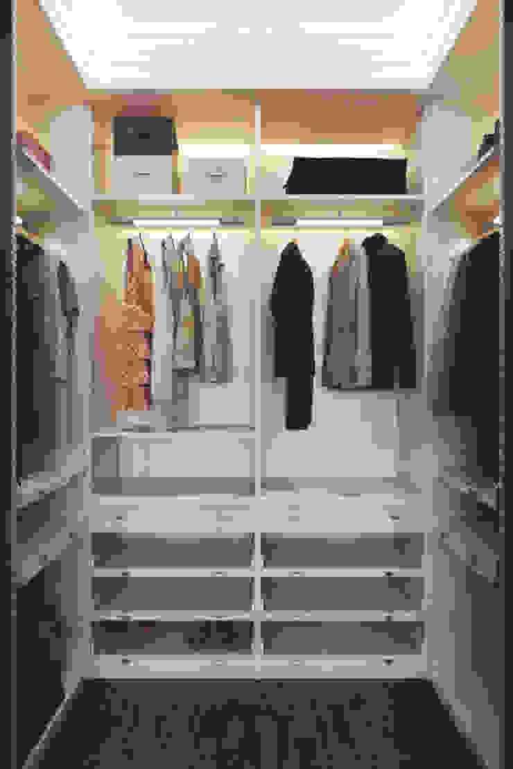 Closets de estilo clásico de 'INTSTYLE' Clásico Madera Acabado en madera