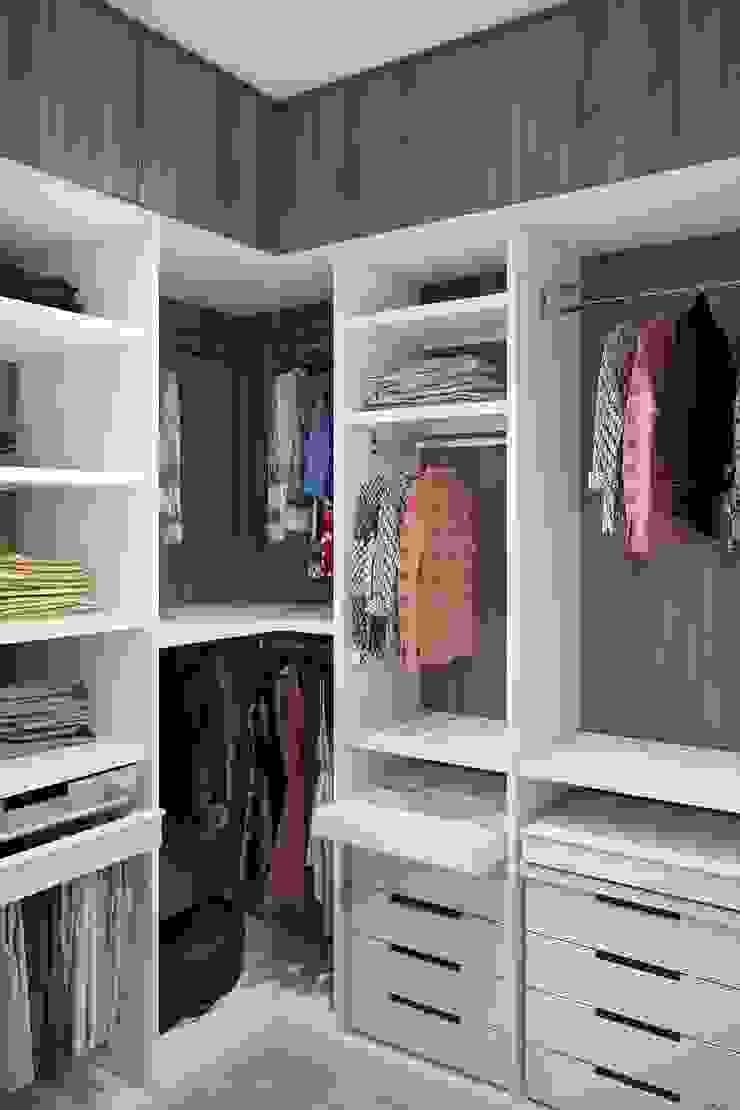 Closets de estilo escandinavo de 'INTSTYLE' Escandinavo Madera Acabado en madera