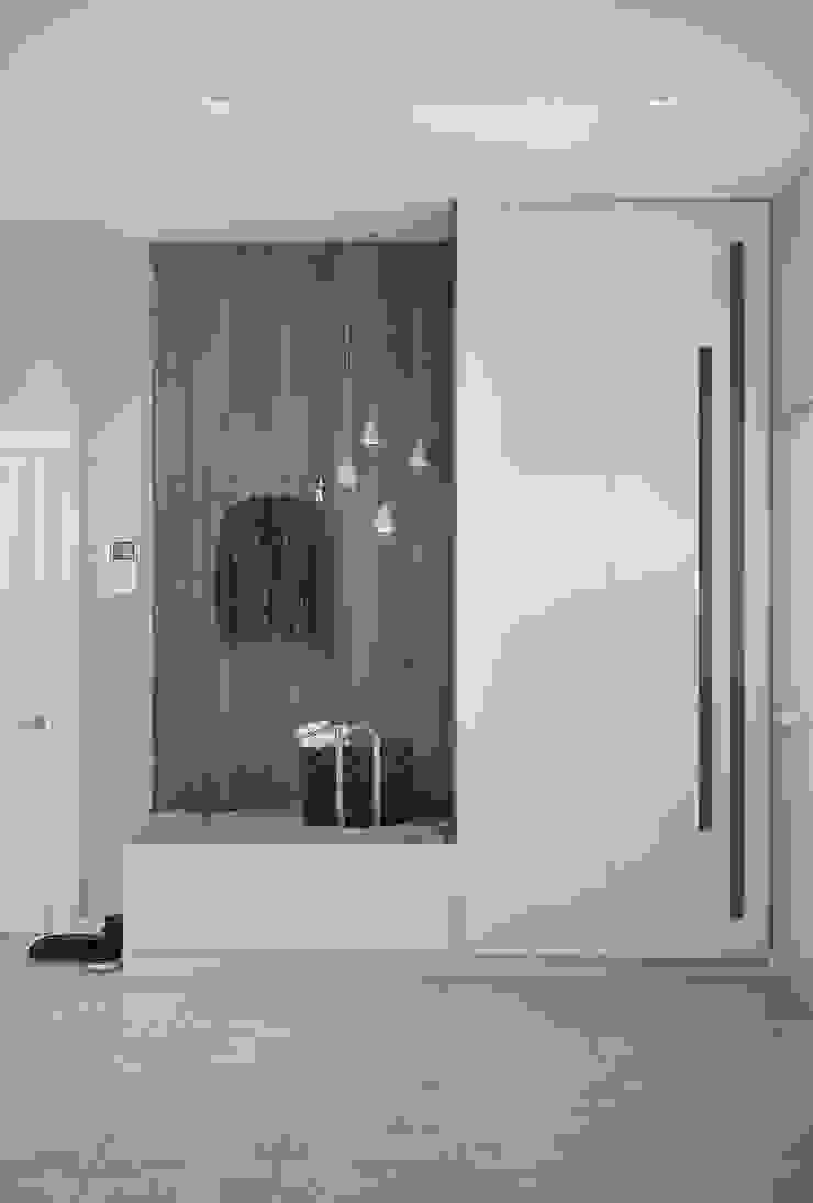 Pasillos, vestíbulos y escaleras de estilo escandinavo de 'INTSTYLE' Escandinavo Madera Acabado en madera