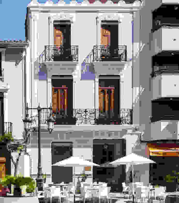 fachada La Mano Derecha estudio Bares y clubs de estilo ecléctico