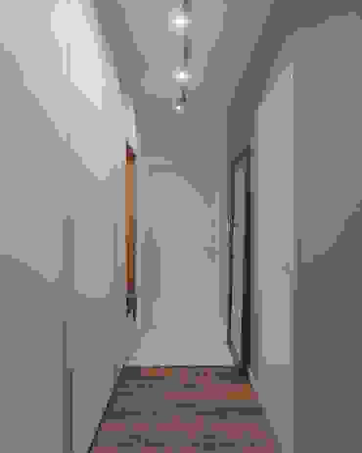 Студия дизайна 'INTSTYLE' Scandinavische gangen, hallen & trappenhuizen Hout Wit