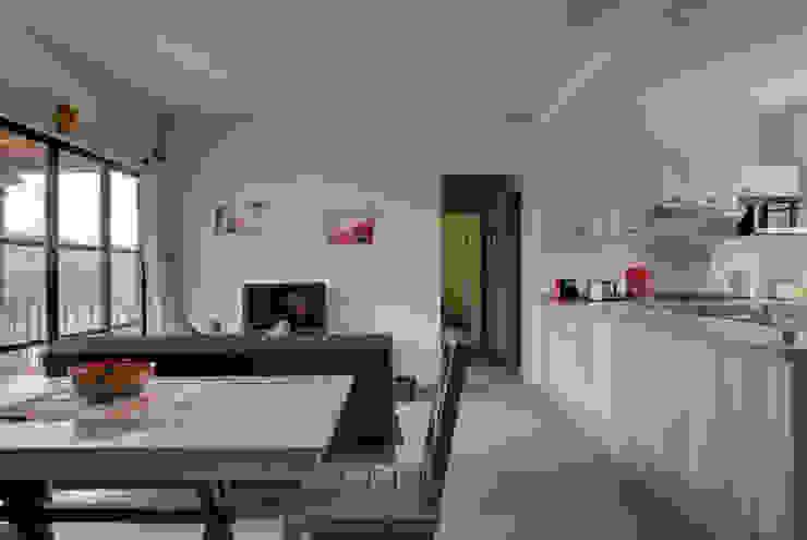 Столовая комната в стиле модерн от enROJO.espacios Модерн