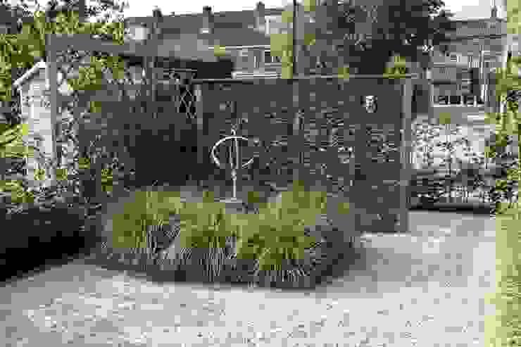 Een scherm met Kokosschillen Dutch Quality Gardens, Mocking Hoveniers Moderne tuinen