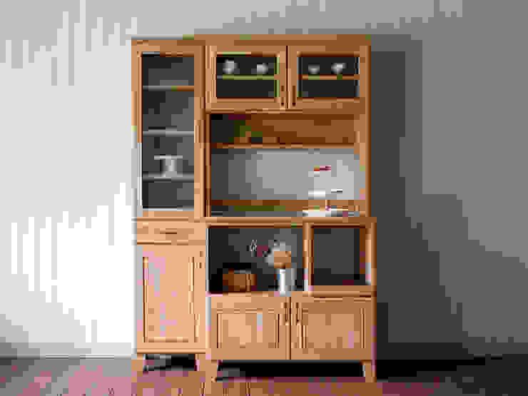 주방가전 및 식기류의 수납을 효과적으로 할 수 있는 내추럴한 분위기의 주방수납장: 나무모아의 스칸디나비아 사람 ,북유럽 우드 우드 그레인