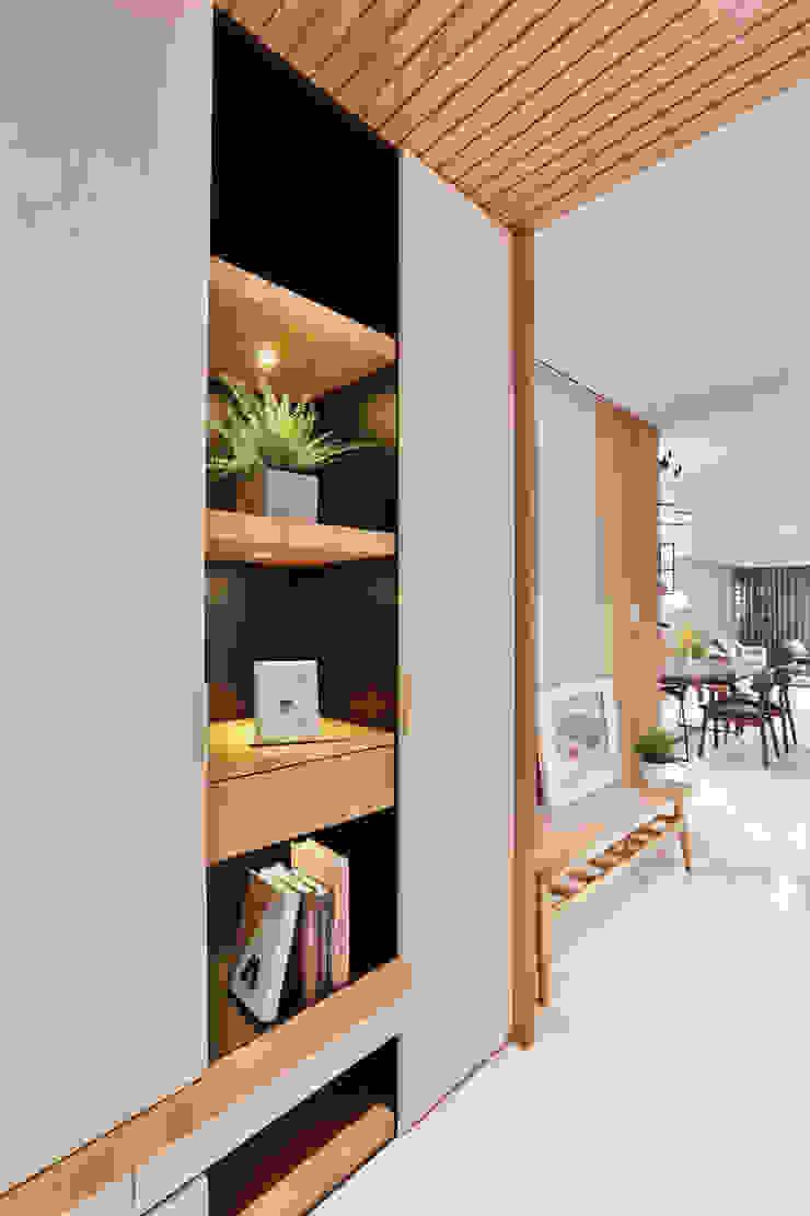 怡然慢活 現代風玄關、走廊與階梯 根據 長寬高空間設計 現代風