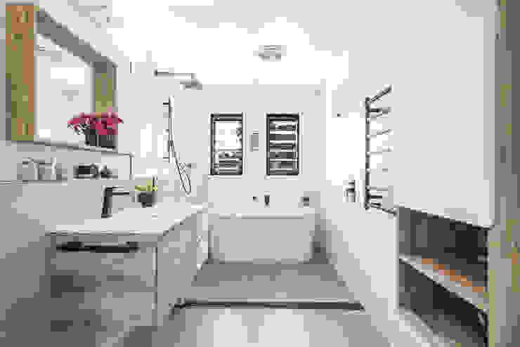 La salle de bains Salle de bain minimaliste par SUR MESURE Minimaliste Bois Effet bois