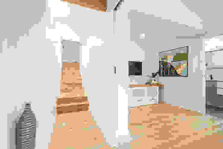 L'escalier d'entrée par SUR MESURE Minimaliste Bois Effet bois