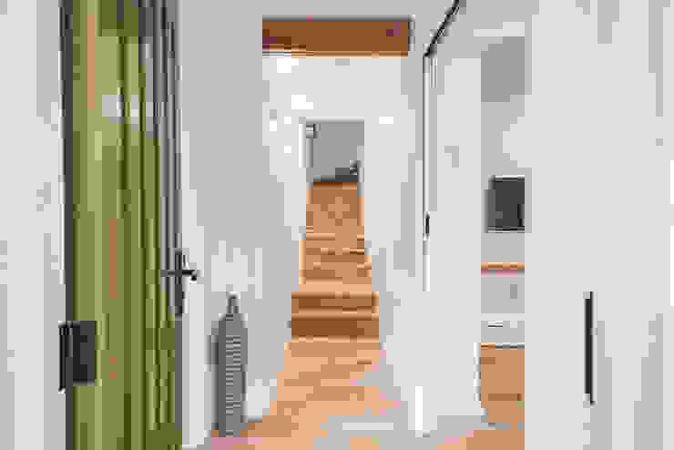L'entrée Couloir, entrée, escaliers minimalistes par SUR MESURE Minimaliste Bois Effet bois