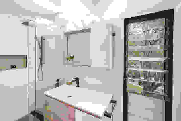 La salle d'eau d'appoint Salle de bain minimaliste par SUR MESURE Minimaliste Bois Effet bois