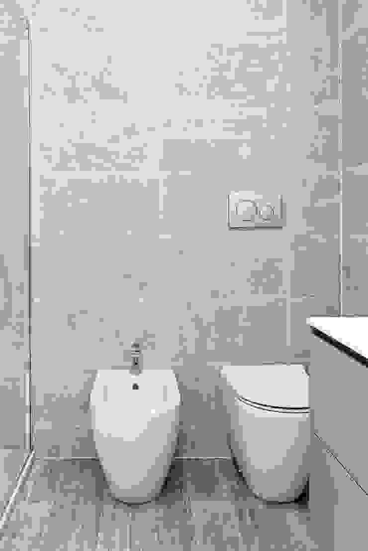 モダンスタイルの お風呂 の GruppoTre Architetti モダン