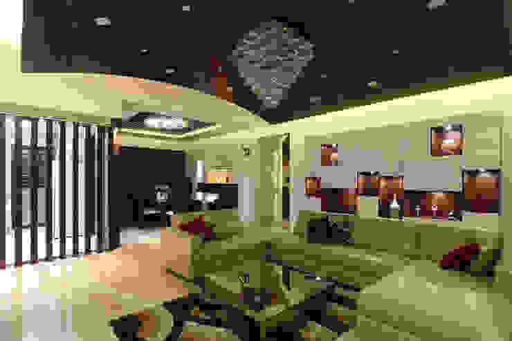Classic Interior of Kumar Sienna, Magarpatta. Modern living room by AARAYISHH (Mumbai & Pune) Modern