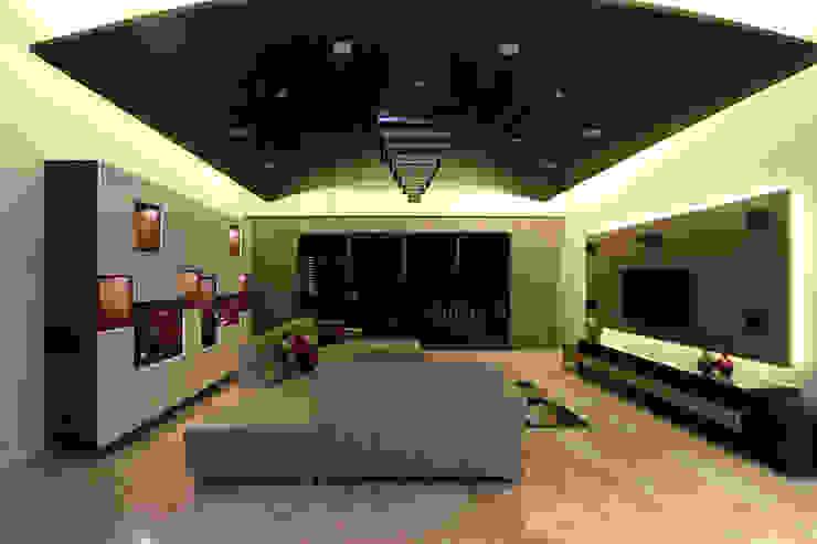 Classic Interior of Kumar Sienna, Magarpatta. Modern living room by AARAYISHH Modern