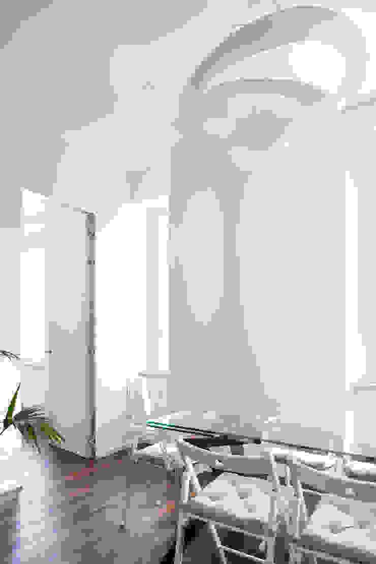 CASA A. Soggiorno minimalista di GruppoTre Architetti Minimalista