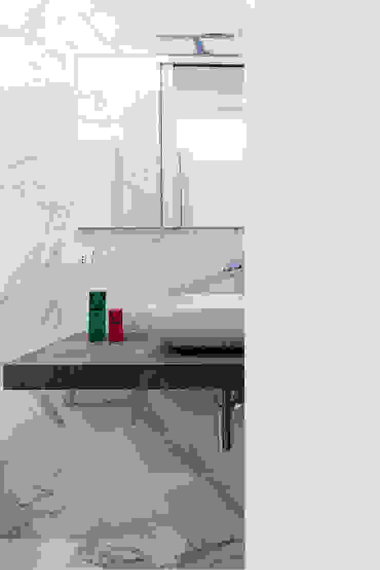 CASA A. Bagno minimalista di GruppoTre Architetti Minimalista