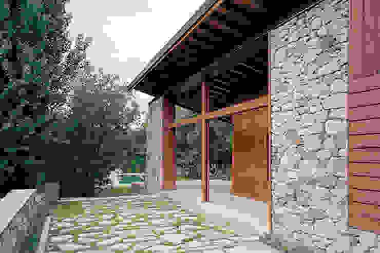 Porche y piscina exterior de SANTI VIVES ARQUITECTURA EN BARCELONA Rústico Madera Acabado en madera
