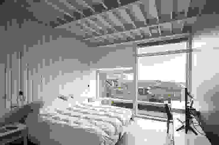 Dormitorio principal de MACIZO, ARQUITECTURA EN MADERA Moderno Madera Acabado en madera