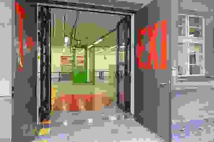 EINGANG Moderne Bürogebäude von _WERKSTATT FÜR UNBESCHAFFBARES - Innenarchitektur aus Berlin Modern