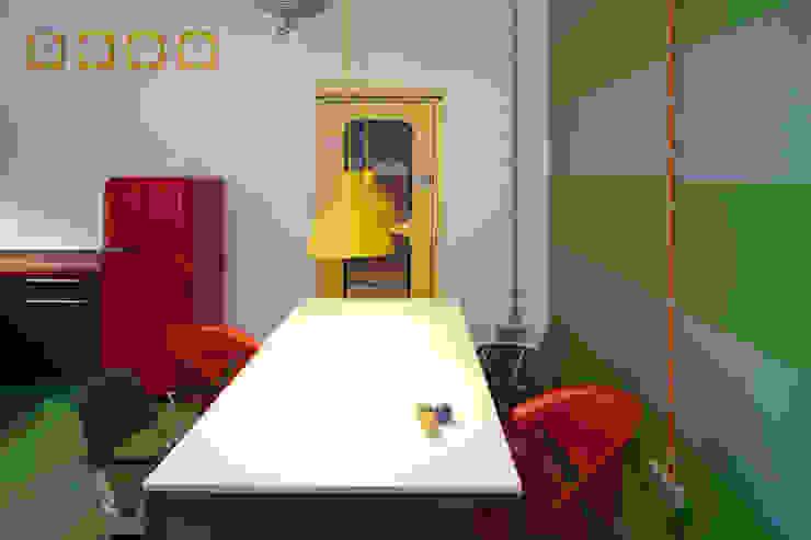 AUFENTHALTSRAUM UND KÜCHE Moderne Bürogebäude von _WERKSTATT FÜR UNBESCHAFFBARES - Innenarchitektur aus Berlin Modern