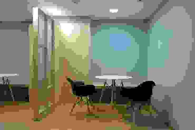 Salas de reunión informal Salones de estilo moderno de entrearquitectosestudio Moderno Madera maciza Multicolor