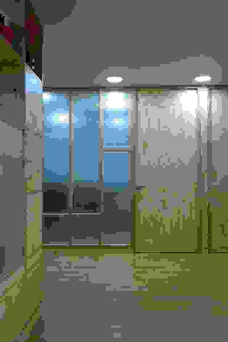 Sala de juntas Salas modernas de entrearquitectosestudio Moderno Madera maciza Multicolor