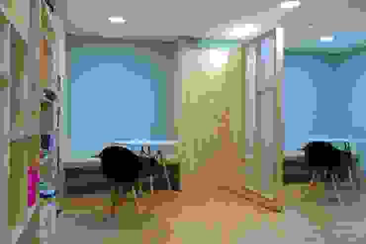 Salas de reunión informal Livings de estilo moderno de entrearquitectosestudio Moderno Madera maciza Multicolor