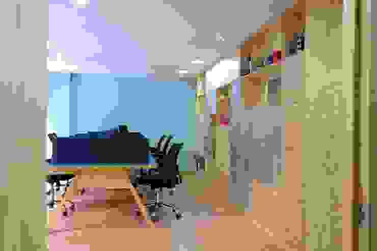 Bureau moderne par entrearquitectosestudio Moderne Bois massif Multicolore