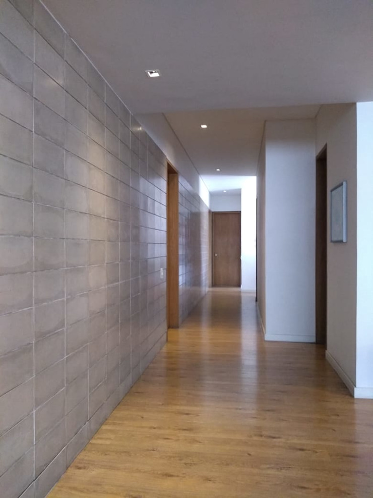 Pasillo habitaciones entrearquitectosestudio Pasillos, vestíbulos y escaleras de estilo moderno Cerámico Gris