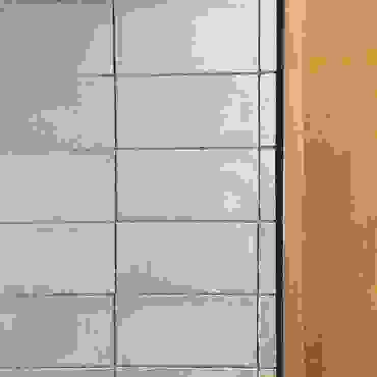 Detalle enchape en baldosa de cemento entrearquitectosestudio Paredes y pisos de estilo moderno Cerámico Gris