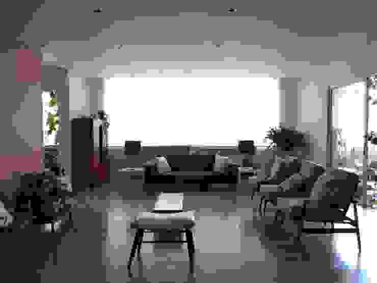 Sala Salas modernas de entrearquitectosestudio Moderno Madera Acabado en madera