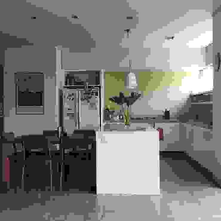 Cocina abierta de entrearquitectosestudio Moderno Cuarzo