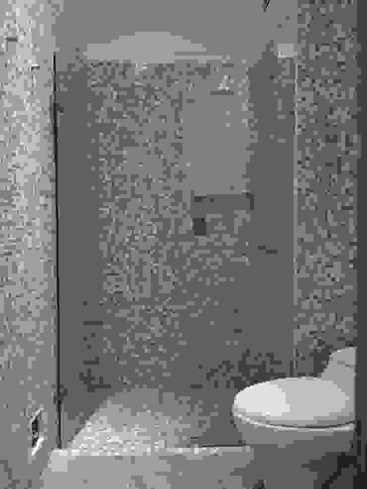 Bano social entrearquitectosestudio Baños de estilo moderno Azulejos Gris
