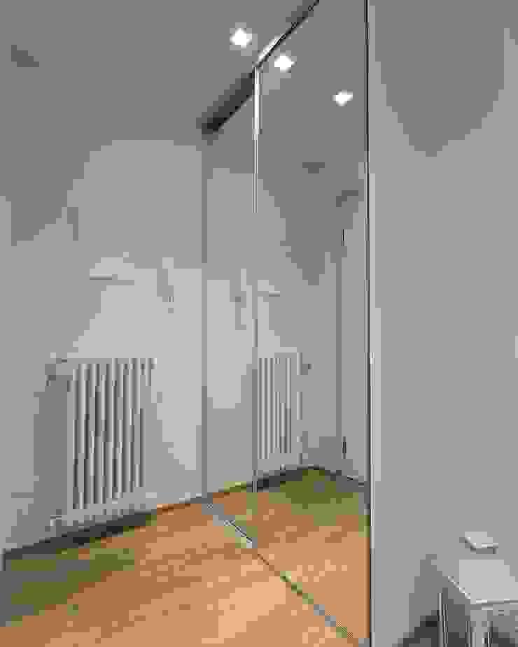 Armadio integrato Ingresso, Corridoio & Scale in stile moderno di LM PROGETTI Moderno