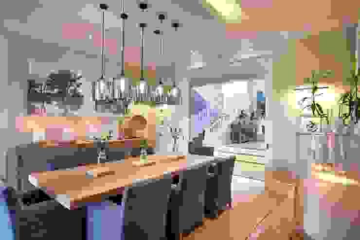 Ruang Makan Klasik Oleh DOWN to Earth Architects & Interiors Klasik Kayu Wood effect