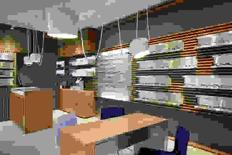 """Negozio di ottica """"Design"""" """"Thomas Opticien"""" a Parigi. Alessandra Pisi / Pisi Design Architetti Negozi & Locali commerciali in stile minimalista Legno Variopinto"""