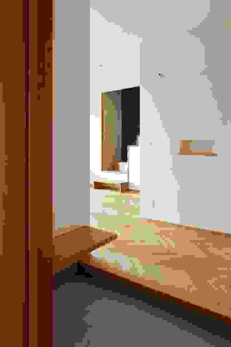 Scandinavian style corridor, hallway& stairs by ツジデザイン一級建築士事務所 Scandinavian Wood Wood effect