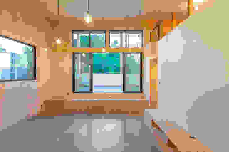 リビングからの眺め インダストリアルデザインの リビング の 塚野建築設計事務所 インダストリアル 合板(ベニヤ板)