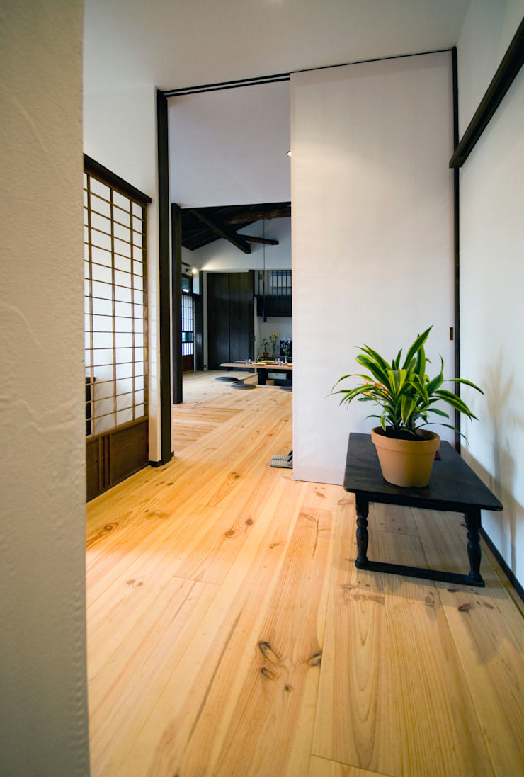 Asian style corridor, hallway & stairs by 森村厚建築設計事務所 Asian Solid Wood Multicolored
