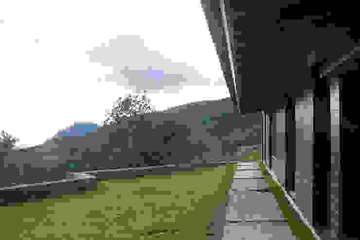 Jardín con vistas a la montaña de SANTI VIVES ARQUITECTURA EN BARCELONA Rural